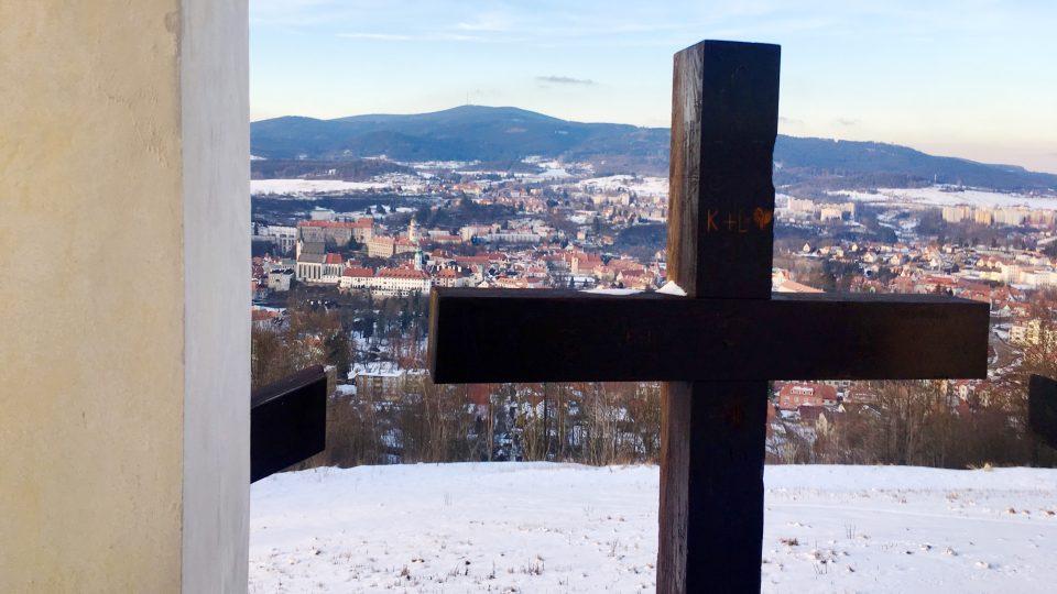 Výhled z Křížové hory na Český Krumlov. Poutní areál ožil díky nadšencům, teď sem chtějí vrátit zvon