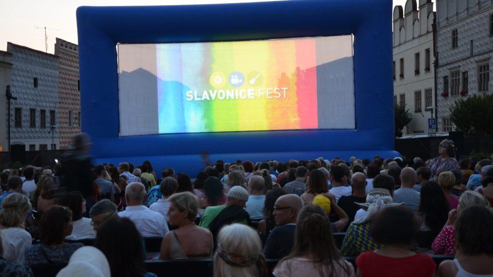 Slavonice Fest zahájili poctou Formanovi – promítal se film Vlasy a lidé přišli hippies oblečení