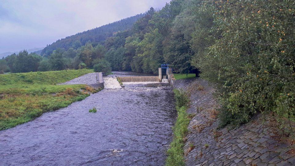 Cesta kolem vody vede podél řeky Opavy z Vrbna pod Pradědem až do Karlovic