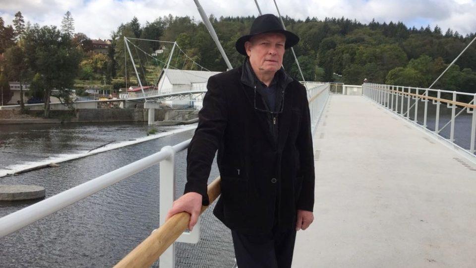 Nová lávka spojuje břehy řeky Otavy v Písku, navrh ji architekt Josef Pleskot (na snímku)