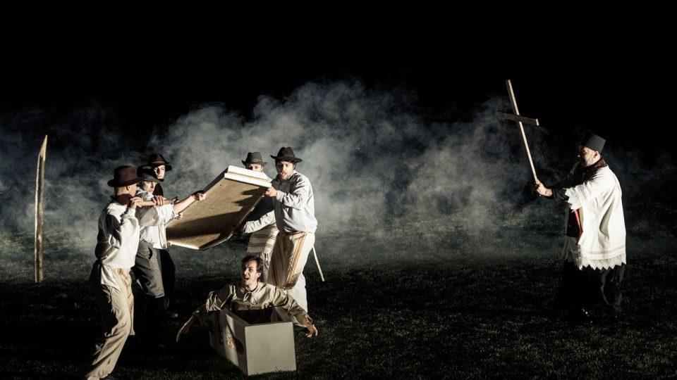 Jihočeské divadlo připravilo pro venkovní scénu před otáčivým hledištěm v Českém Krumlově horor Dracula