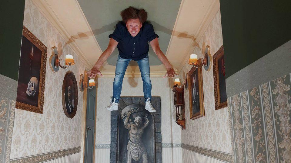 Pavel Kožíšk umí i levitovat. Ostatně v antigravitační místnosti to půjde lehce každému