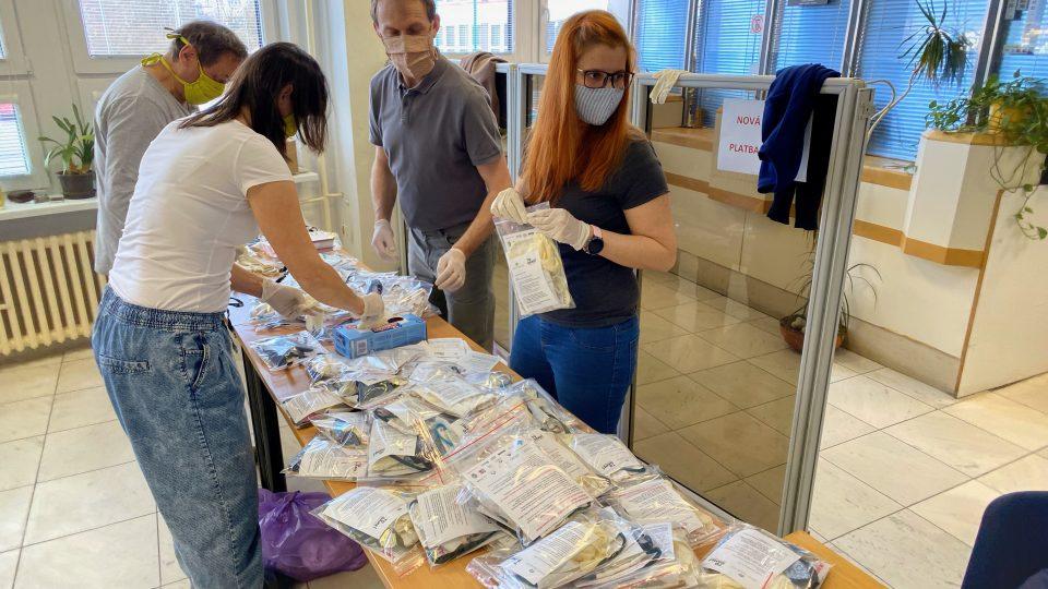 Město Český Krumlov připravuje pro obyvatele balíčky s rouškami. S výrobou i distribucí pomáhají dobrovolníci