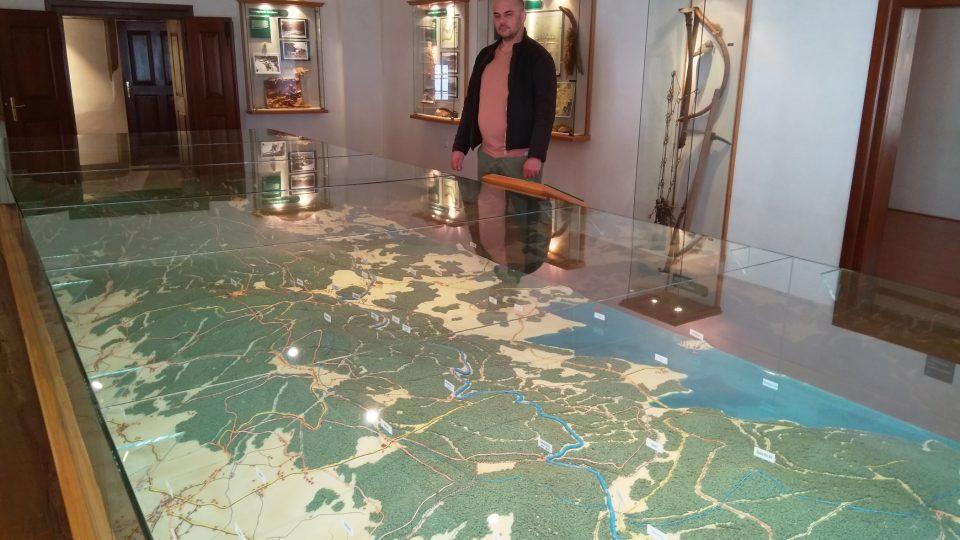 Interaktivní model stavby Schwarzenberského plavebního kanálu si mohou návštěvníci ovládat tlačítky na ovládacím pultu