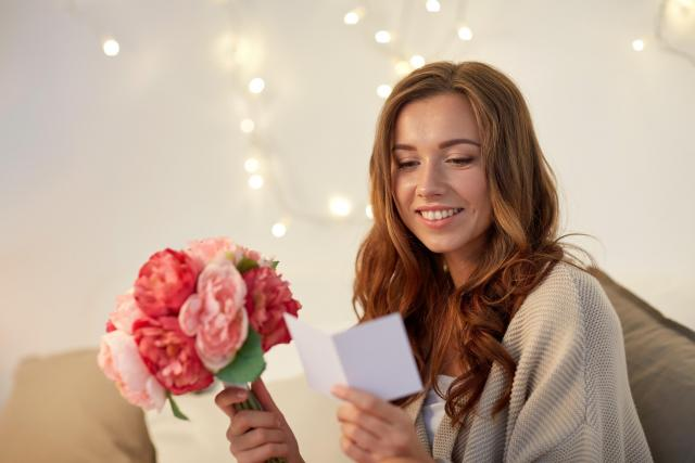 Dívka dostala květiny