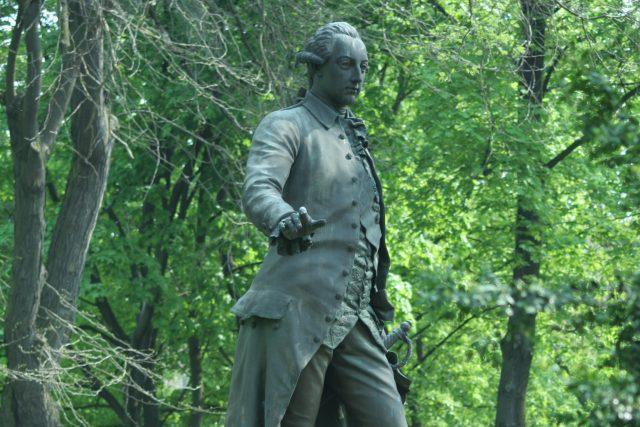 Pomník Josefa II. od Antona Breneka v parku Psychiatrické nemocnice v Brně.