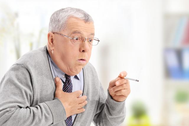 Při CHOPN se zužují dýchací cesty,  lidé jsou dušní,  trápí je úporný kašel,  vykašlávají hleny. Jejich průdušky tuhnou a špatně reagují na léčbu | foto: Fotobanka Profimedia