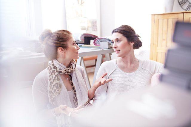 Ženy při rozhovoru v kanceláři