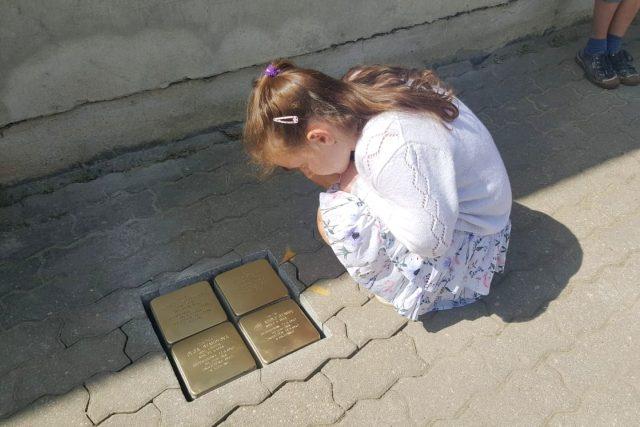 Ve Vídeňské ulici v Jindřichově Hradci vsadili do chodníku kostky, které připomínají čtyři členy židovské rodiny zavražděné v koncentračním táboře