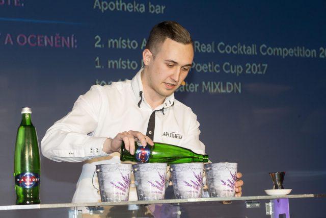 Barman Jan Lukas se účastnil v Českých Budějovicích dalšího ročníku národního kola soutěže Mattoni Grand Drink. Loni národní kolo vyhrál a dostal se na mistrovství světa