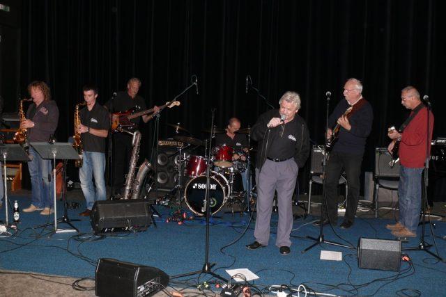 Pavel Sedláček se skupinou Cadillac ve studiovém sále Českého rozhlasu České Budějovice | foto: Miroslav Tichák,  Český rozhlas