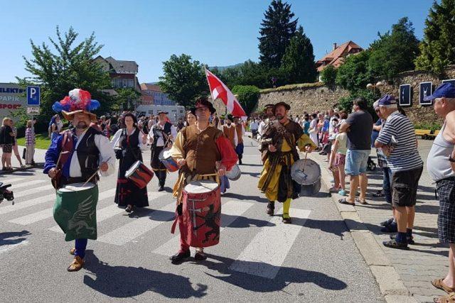 Historické kostýmy, soumarští koně i středověcí řemeslníci zaplnili centrum Prachatic. Město ožilo Slavnostmi solné Zlaté stezky