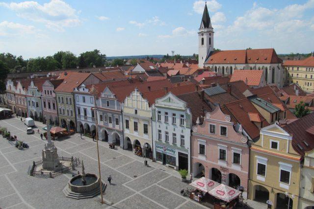 Pohled jako malovaný, a to z ochozu radniční věže směrem na Masarykovo náměstí a kostel Panny Marie Královny a sv. Jiljí