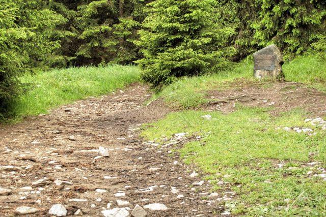 pomník převaděčům u stezky z Františkova ke státní hranici