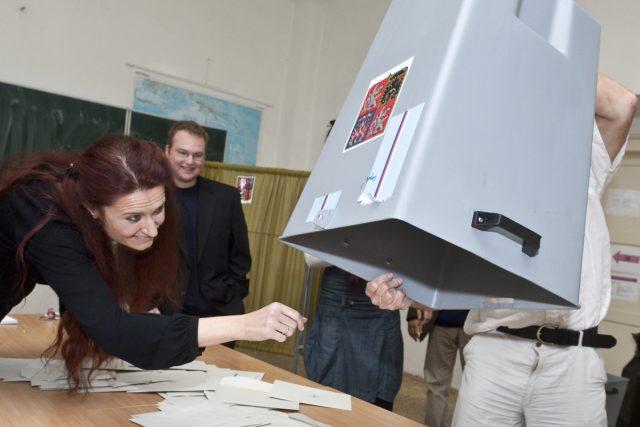 Začalo sčítání hlasů v senátních volbách