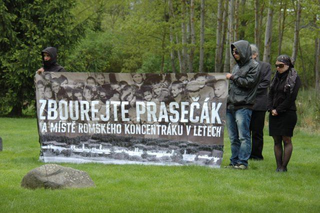 Protest proti existenci vepřína na místě bývalého romského koncentračního tábora v Letech u Písku