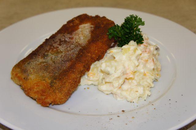 Usmažený kapr s bramborovým salátem - detail