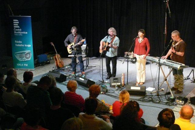 Žalman vystoupil společně s kapelou ve Studiovém sále Českého rozhlasu České Budějovice | foto: Jana Deutschová