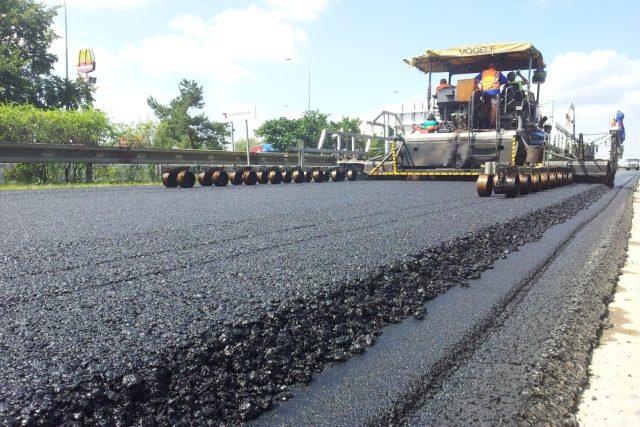 Pokládání asfaltu na D1 Průhonice - Chodov
