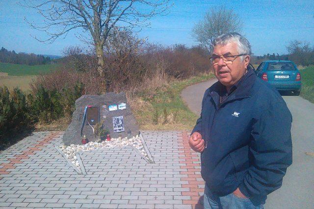 Pomník připomíná místo, kde se zřítilo letadlo Williama Preddyho. Na snímku starosta Záluží Pavel Ševčík