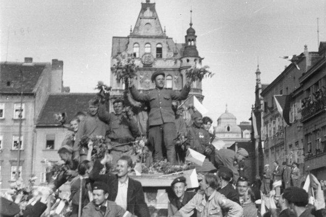 První vojáci Rudé armády na českobudějovickém náměstí v den osvobození