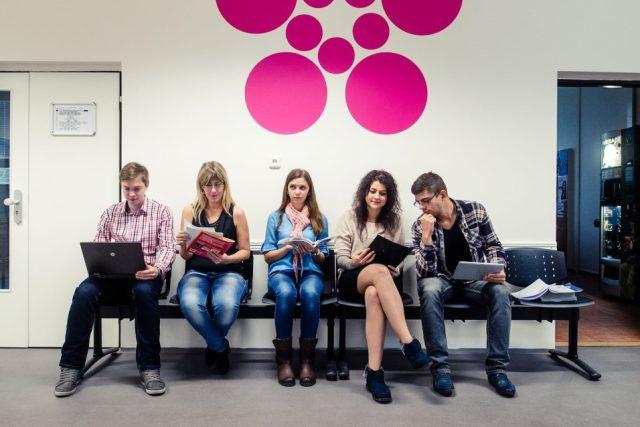Studenti na chodbě Ekonomické fakulty Jihočeské univerzity v Českých Budějovicích