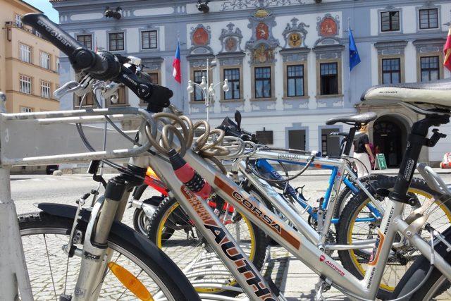 Parkování kol v Českých Budějovicích. Stojan před radnicí umožňuje uzamknout kolo za rám, což je podle cyklokoordinátora nejvhodnější