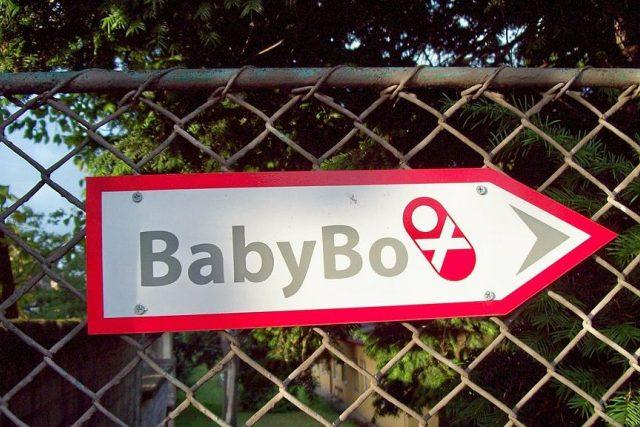 Směrovka k babyboxu ve městě Mělník