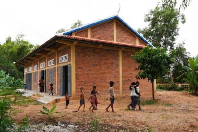 Škola v kambodžské vesnici Bantayrersey, která vznikla díky Veronice Pospíšilové