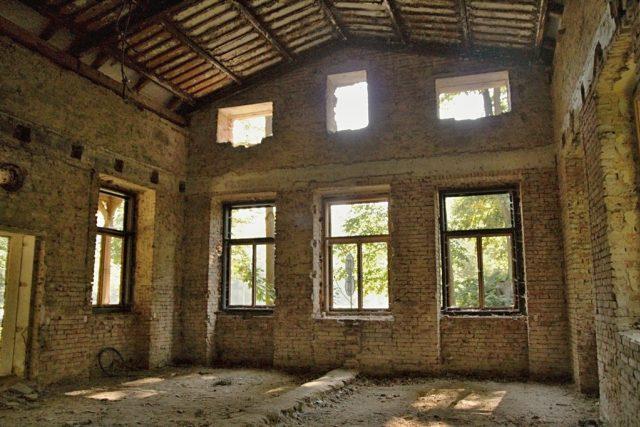 Taneční sál výletní restaurace Rudolfov se zbytky kazetového stropu