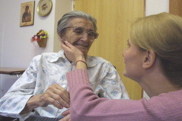 Andrea Radomská s paní Anežkou v hospicu Strom života v Novém Jičíně