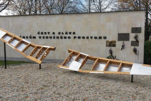 Památník na českobudějovickém letišti