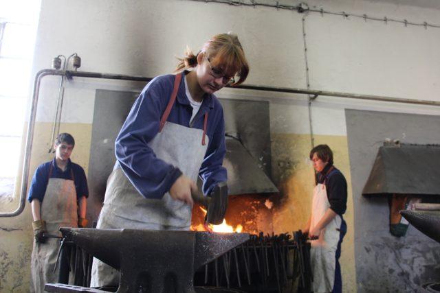 Mezi kovářskými učni v Hněvkovicích jsou i dvě dívky. Na snímku Veronika Krulová | foto: Andrea Zahradníková
