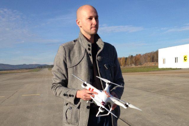 Ladislav Bartuška z Vysoké školy technické a ekonomické v Českých Budějovicích předvedl svůj dron přímo na letišti