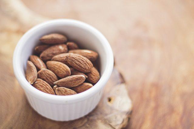 Hrstka mandlí má 160 kalorií a je dobrým zdrojem vlákniny a bílkoviny pro zdravou a vydatnou svačinu | foto: Fotobanka Pixabay