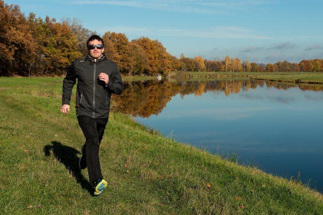 Při běhu držte hlavu vzhůru, ne předsunutou před osu těla. Svaly v obličeji mějte uvolněné a ramena směrem dolů