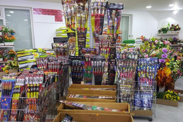 Před koncem roku se obchody plní zábavnou pyrotechnikou | foto: Romana Lehmannová