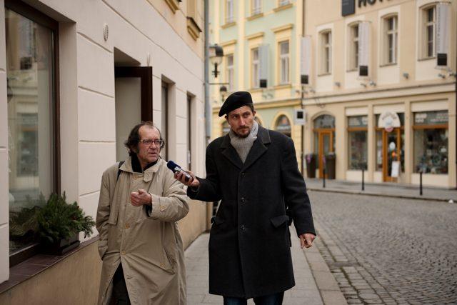 Jedním z průvodců je Mojmír Obdržálek, který na ulici žije několik let. Na prohlídku se s ním vydal reportér Martin Pokorný