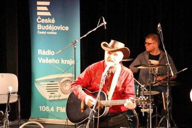 Tomáš Linka vystoupil ve studiovém sále budějovického rozhlasu s kapelou Starý fóry | foto: Magdalena Hovorková,  Český rozhlas