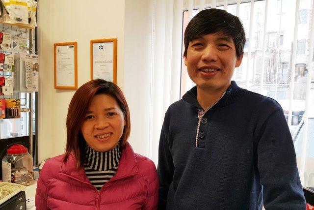"""Jedním ze dvou oceněných vietnamských podnikatelů z Milevska je Vu-Van Xyuen (na snímku s manželkou). """"Zákazník je pro nás nejdůležitější,"""" říká"""