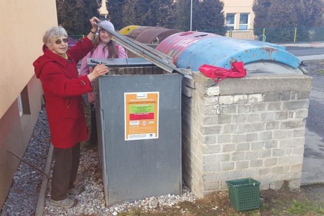 Růžena Šandová ukazuje komunitní kompostér, který stojí hned vedle panelového domu. Když je zavřený, není díky speciálnímu filtru cítit žádn zápach