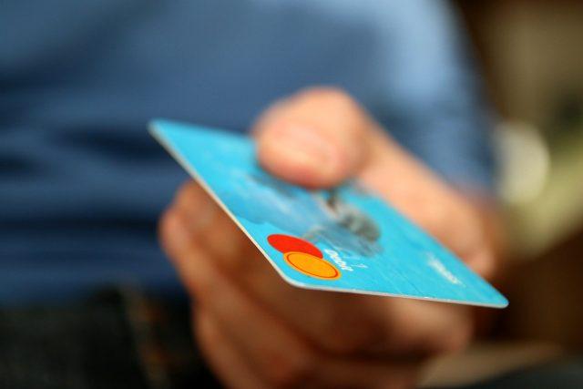 Platební karta, peníze