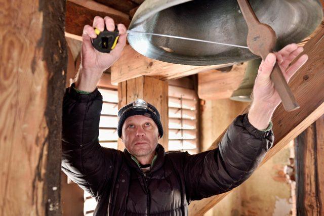 Tým, který zaznamenává hlasy jihočeských zvonů, vede Jan Kopřiva. Všechny zvony přeměřuje a údaje si také zapisuje