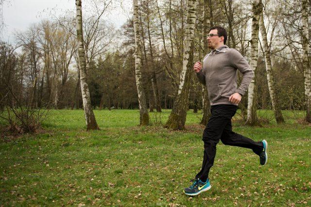 Správné držení těla při běhu. Hlava je rovně, ramena uvolněná a zapojují se horní končetiny, které jsou volné a pomáhají při běhu dopředu. Ruce nesvírejte v pěst ani příliš nerozevírejte. Našlapujte na přední stranu nohy, ne však čistě na špičku