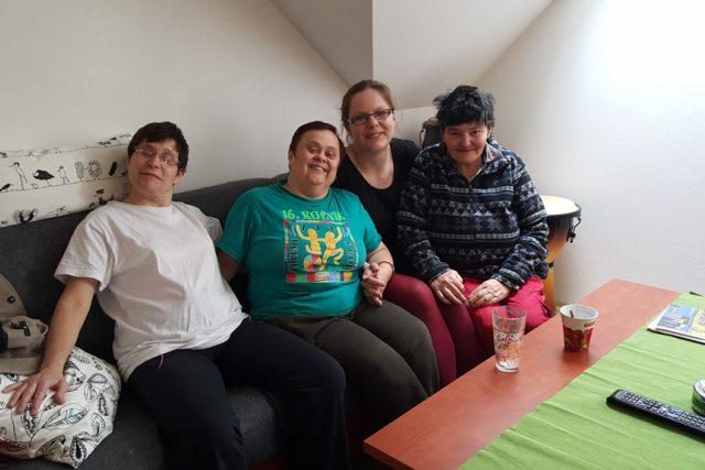 Pomoc v případě potřeby může klientkám v chráněných bytech poskytnou i vedoucí domácností Zuzana Černá (druhá zprava)