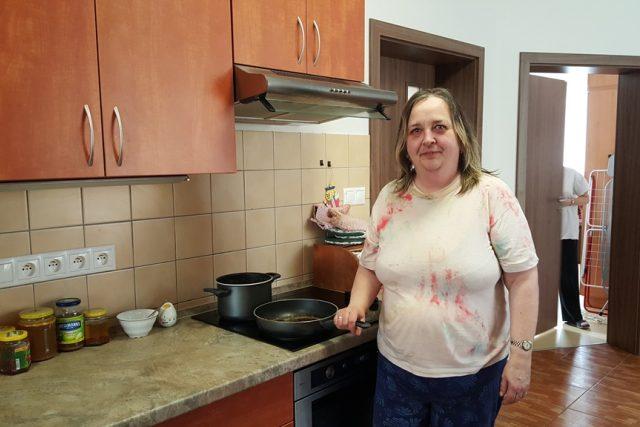 Při vaření se ženy v chráněném bytě střídají