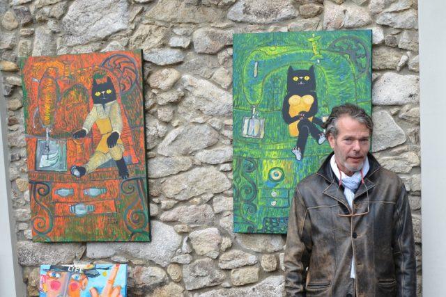 Obrazy malíře Hynka Fuky ozdobily na jeden den fasádu Lesovny Žofín v Novohradských horách
