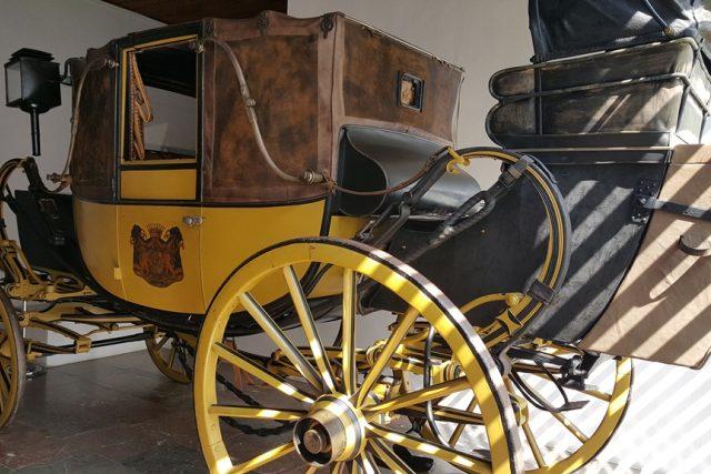 Luxusní kočár Landauer z počátku 19. století vystavuje Poštovní muzeum ve Vyšším Brodě