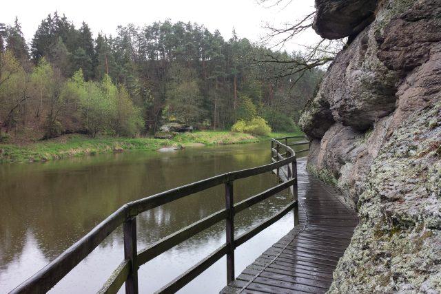 Jedním z několika krásných míst, které můžete navštívit v okolí jihočeského lázeňského městečka Bechyně, je visutá dřevěná lávka nad řekou Lužnicí