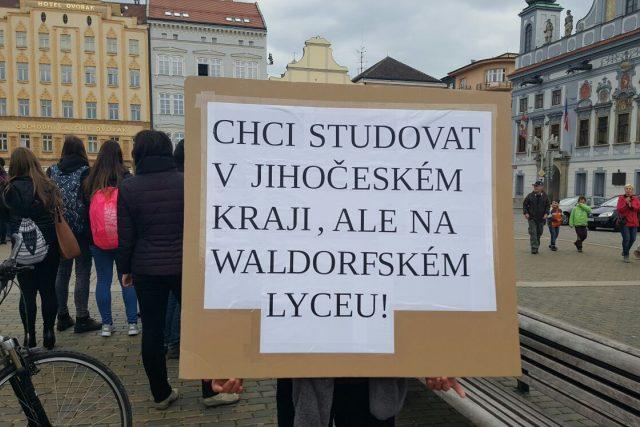 Lidé, kteří prosazují založení waldorfského lycea v Českých Budějovicích, uspořádali happening